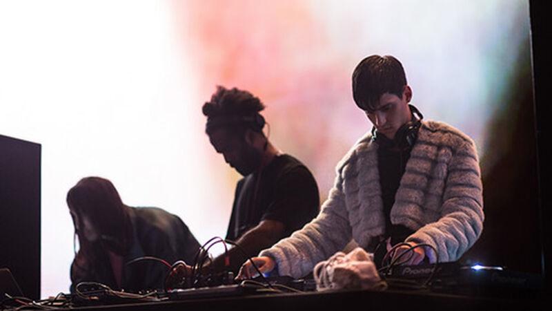 Arca (uiterst rechts) aan zijn draaitafel.