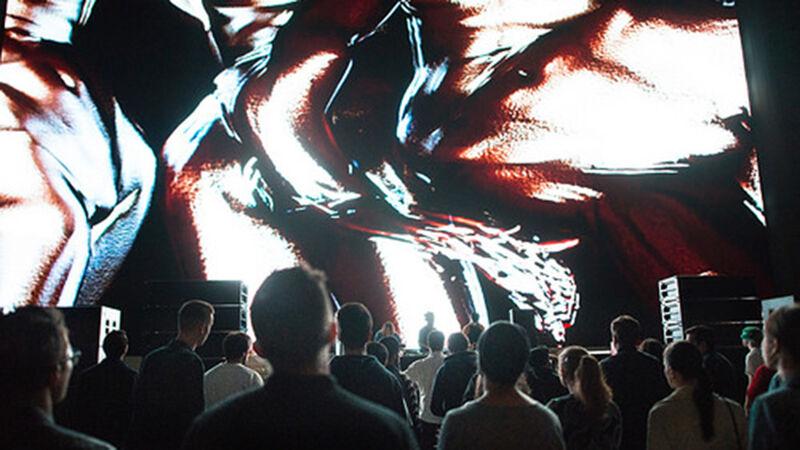 Visuals van Jesse Kanda tijdens een concert van Arca
