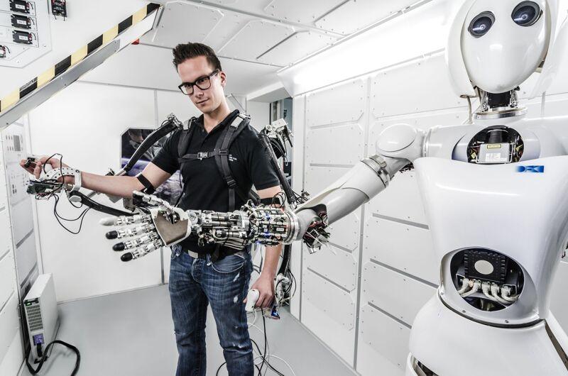 Interessant aan zo'n exoskelet is dat het pak zichzelf ondersteunt en meebeweegt met de drager. Zo krijg je bovenmenselijke krachten.