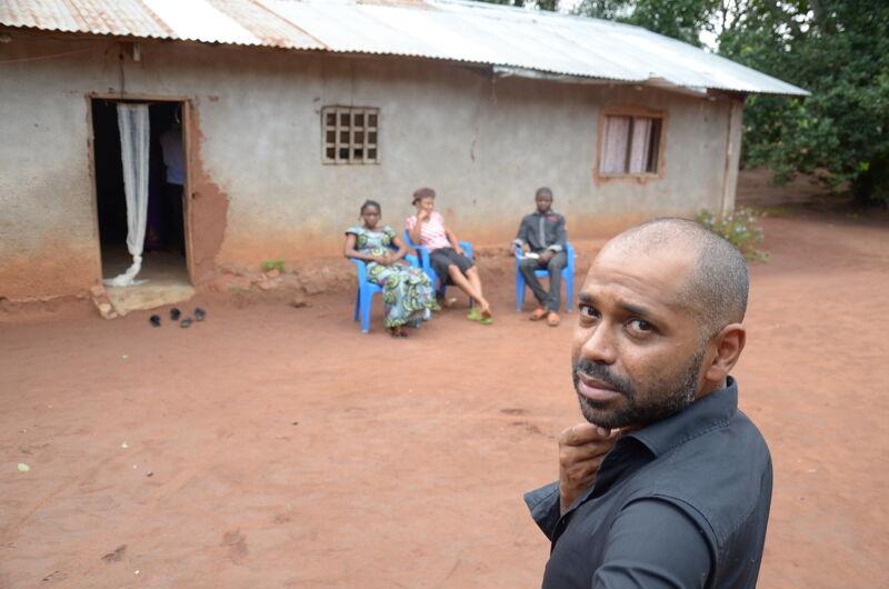 Ronny Mosuse in Congo, op zoek naar zijn roots.