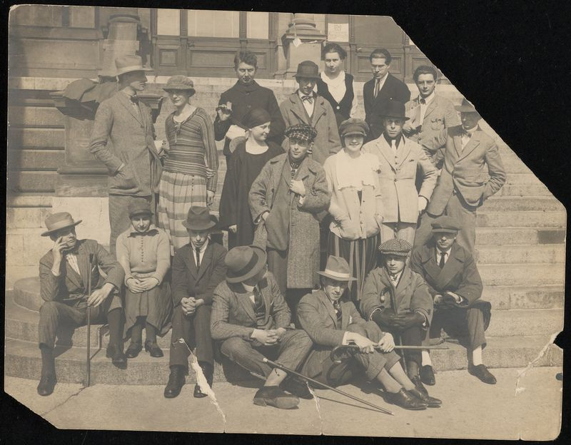 Nelly en Theo van Doesburg tijdens een bijeenkomst van constructivisten en dadaïsten in september 1922