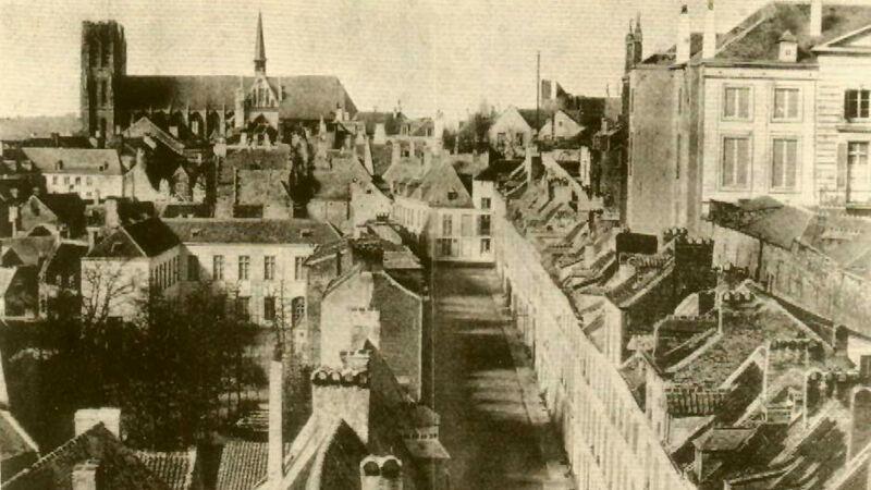Brussel. Zicht op de Isabellastraat. Achteraan de Sint-Goedele. Het witte U-vormige gebouw (links) is het pensionaat Heger.