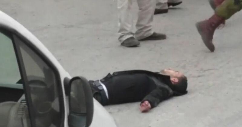 Abed Al-Fatah A-Sharif ligt bewegingloos op de grond. Luttele seconden later krijgt hij een kogel door het hoofd geschoten.