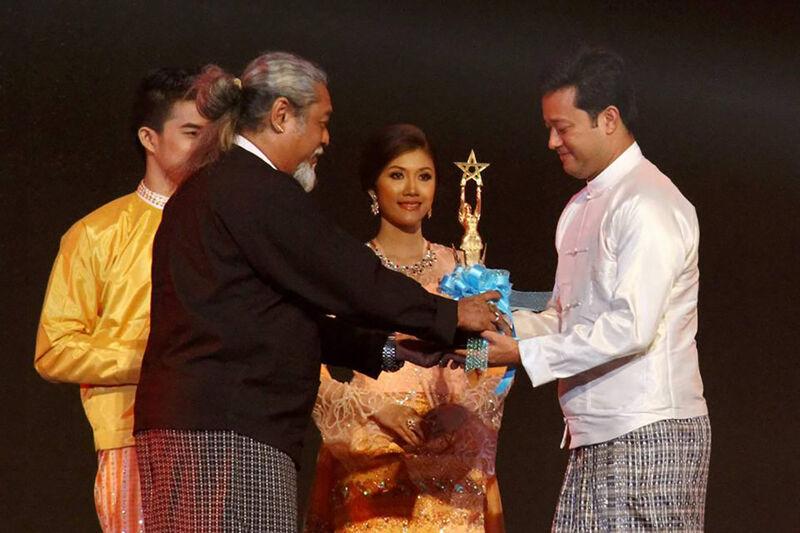 Het einde van de ballingschap: Kyaw Thu overhandigt een prijs op de Myanmarese Oscars.