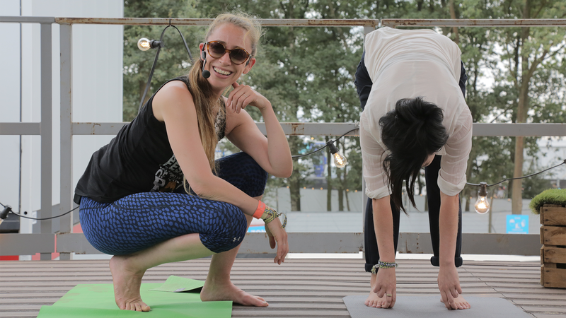 Nina De Man maakte de camping van Pukkelpop wakker met een deugddoende yogasessie. Zij trakteerde Ilse Liebens dan ook op een kleine introductie op yoga.