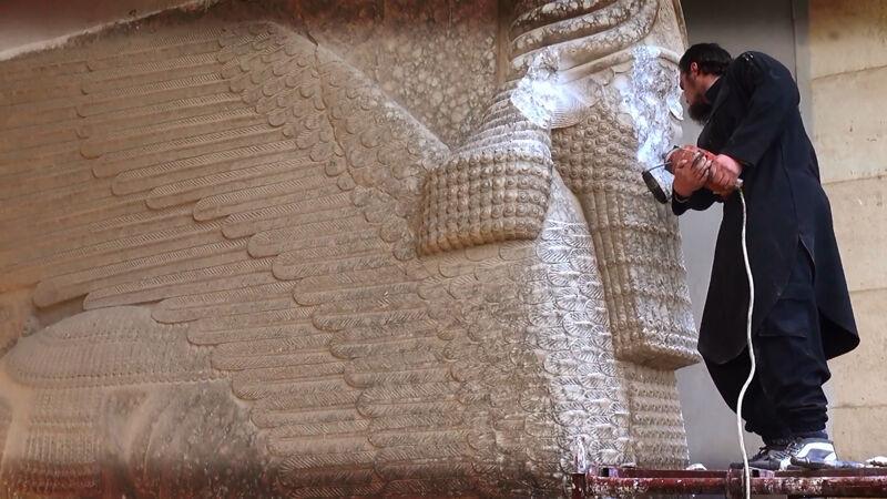 IS-aanhanger vernielt Assyrisch beeld