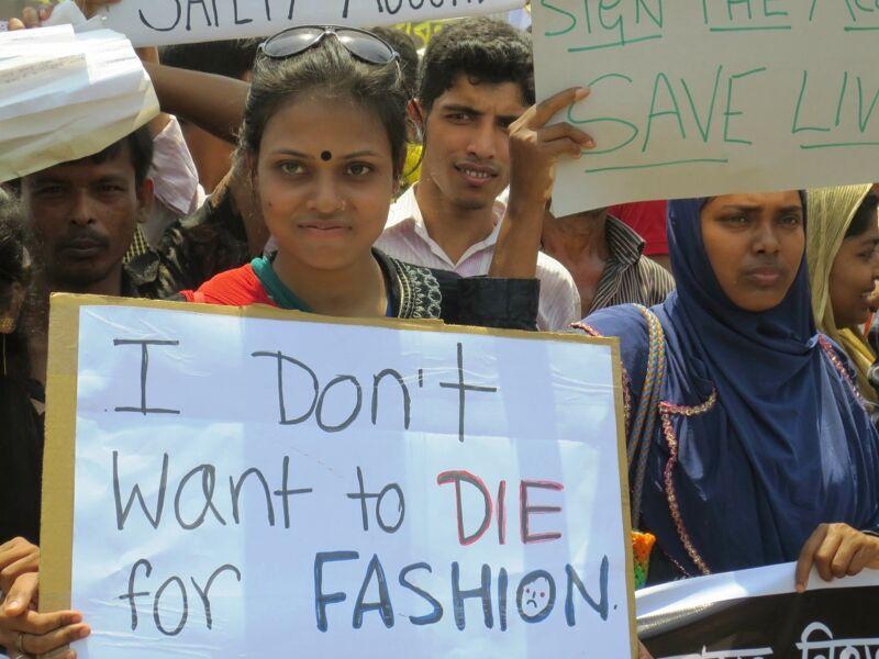 Betogers na de ramp in de Rana Plaza-textielfabriek