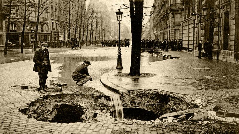 Het water sijpelt weg via scheuren in het wegdek op de Boulevard Haussmann