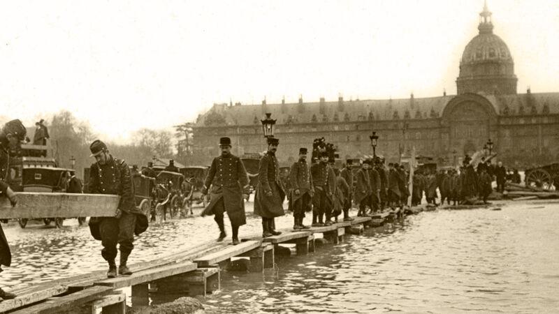 Soldaten leggen een passerelle aan nabij het Hôtel des Invalides