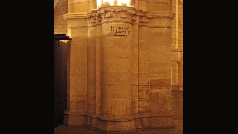 Op een pijler in de grote zaal van de Conciergerie op het Île de la Cité zie je het niveau van het water op 28 januari 1910