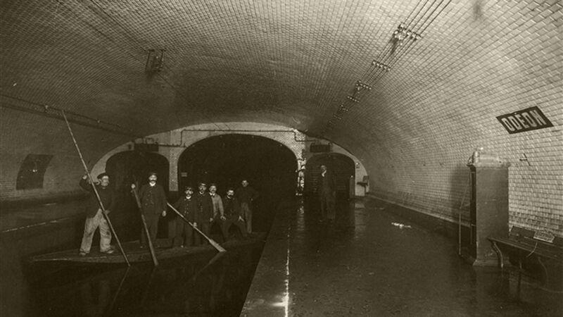 Varen door het metrostation Odéon