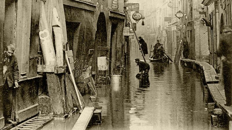 Houten loopbruggen, ladders en bootjes in de Rue de Bièvre