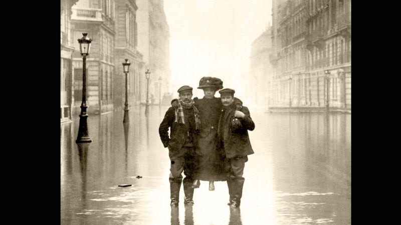 Twee Parijzenaars dragen een dame in Rue des Archives