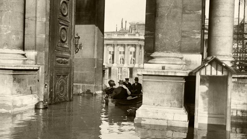 Volksvertegenwoordigers arriveren per boot aan het parlement in het Palais Bourbon