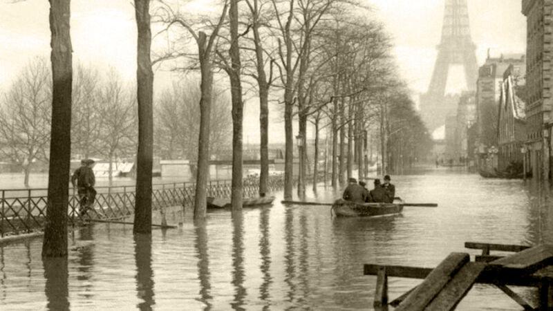Bootje varen nabij de Eiffeltoren