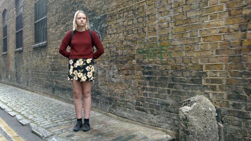 Londense vrouw in minirok