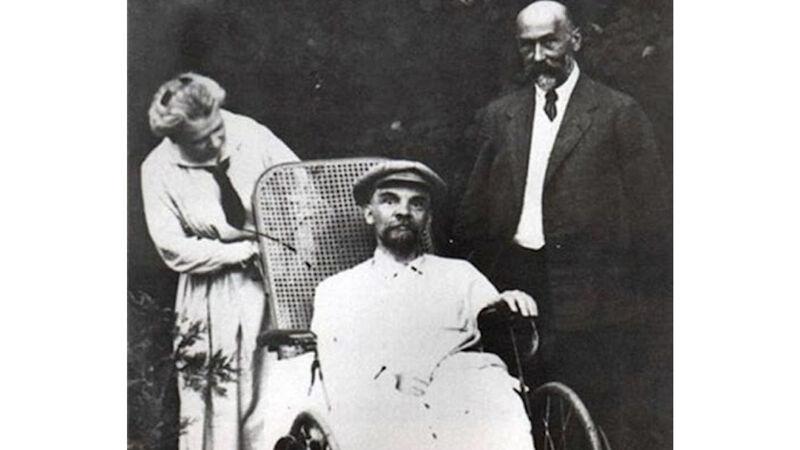 Maria bij haar broer Lenin in 1923, enkele maanden voor zijn dood.