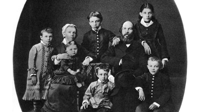 De familie Oeljanov in 1879: Vladimir (Lenin) zit uiterst rechts, Maria zit op de schoot van haar moeder
