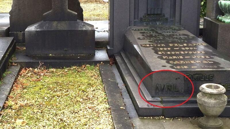 Het zogenaamde graf van Ivan Denovian. Let op de familienaam ernaast: Avril