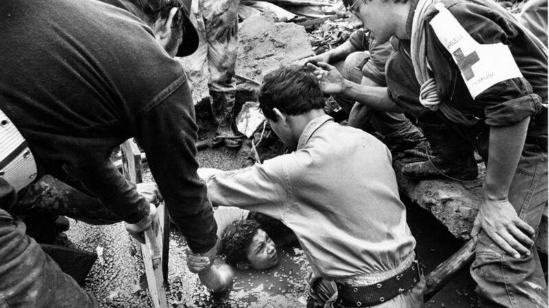 Eén van de vele persfoto's: Hulpverleners rondom Omayra