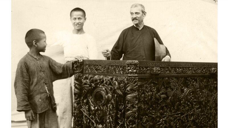 Broeder Beck en twee Chinese jongens bij een afgewerkt stuk uit het houtatelier
