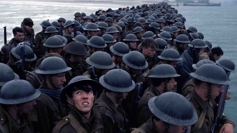 Soldaten, opeengepakt tijdens de evacuatie (uit de film 'Dunkirk')