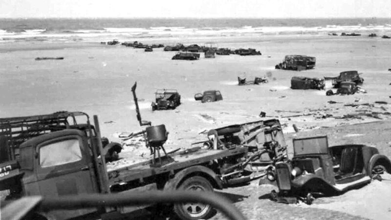 Achtergelaten voertuigen op het strand, ergens tussen Duinkerk en De Panne