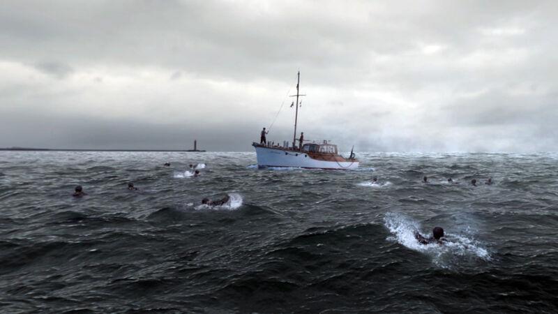 Soldaten zwemmen naar één van de 'little ships' (uit de film 'Dunkirk')