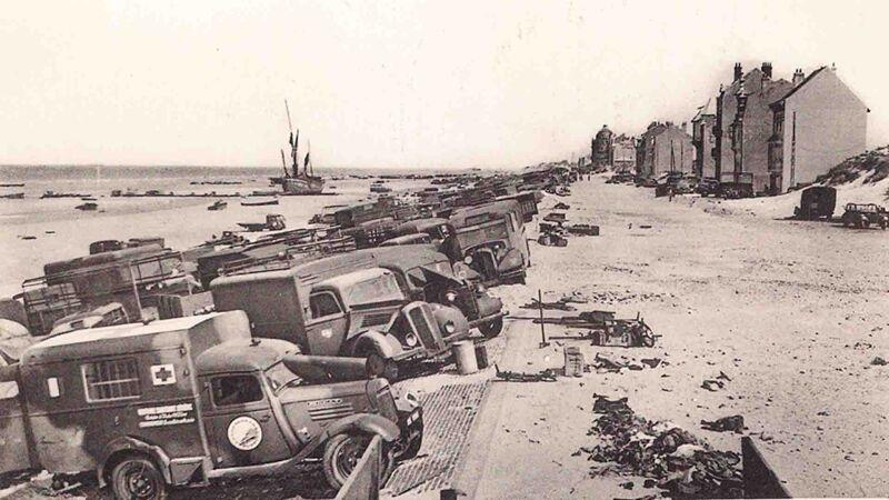 Zeedijk vol achtergelaten voertuigen