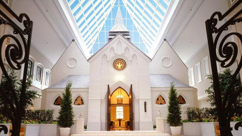 De kapel onder het glazen afdak