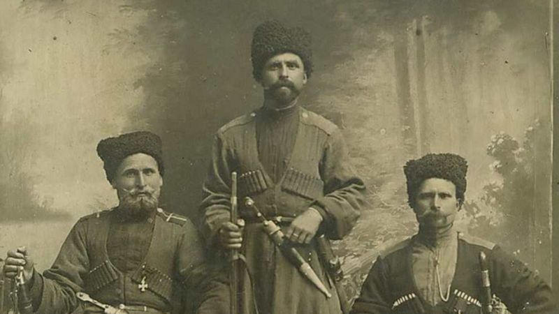 Drie Koeban-Kazakken poseren met wapens