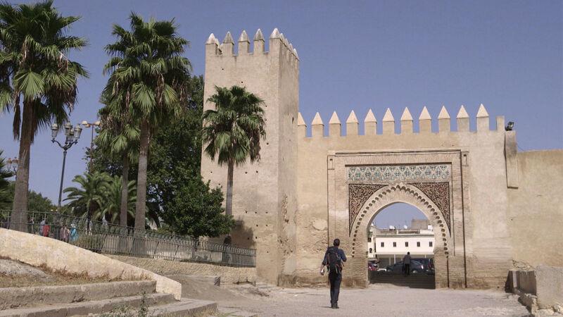 Arnout wandelt door de stadspoort van Fez