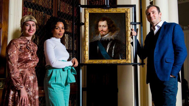 Curator Pippa Stephenson van de Glasgow Museums en de tv-presentatoren van 'Britain's Lost Masterpieces' Emma Dabiri en Bendor Grosvenor bij het schilderij