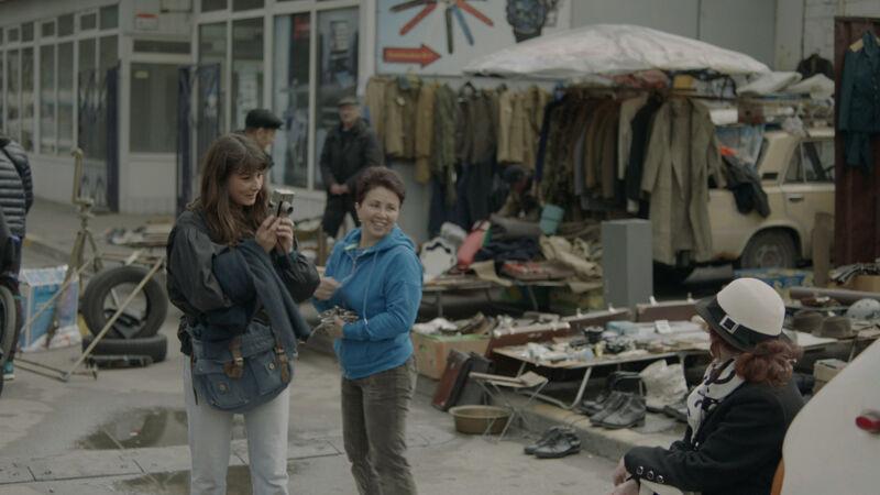 Lara Gasparotto fotografeert een dame op een rommelmarkt in Kiev