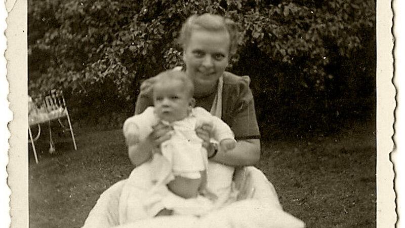 Christian Z. met een verpleegster in de tuin van Wolvertem