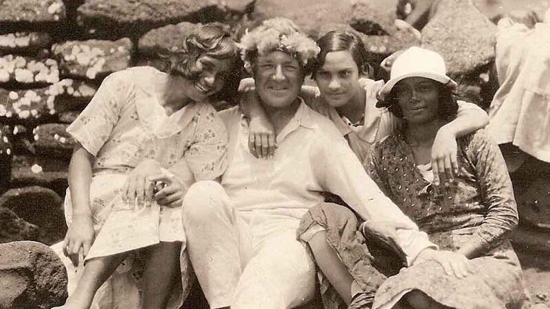 Henri Lavachery in het charmante gezelschap van enkele Pascuaanse vrouwen.