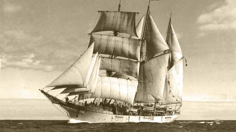 De Mercator, een driemaster-barkentijn, met volle zeilen op zee.