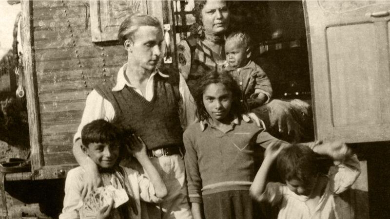 Jan Yoors bij zijn Roma-vrienden.