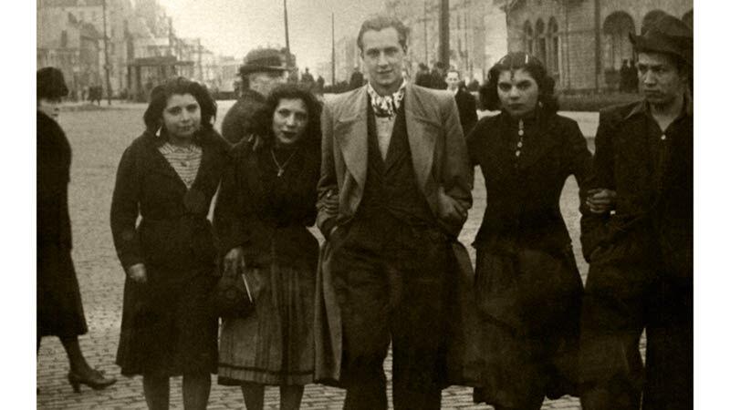 Jan met zigeunervrienden omstreeks 1943.