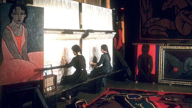 Annebert en Marianne aan het weefgetouw in de New Yorkse studio.