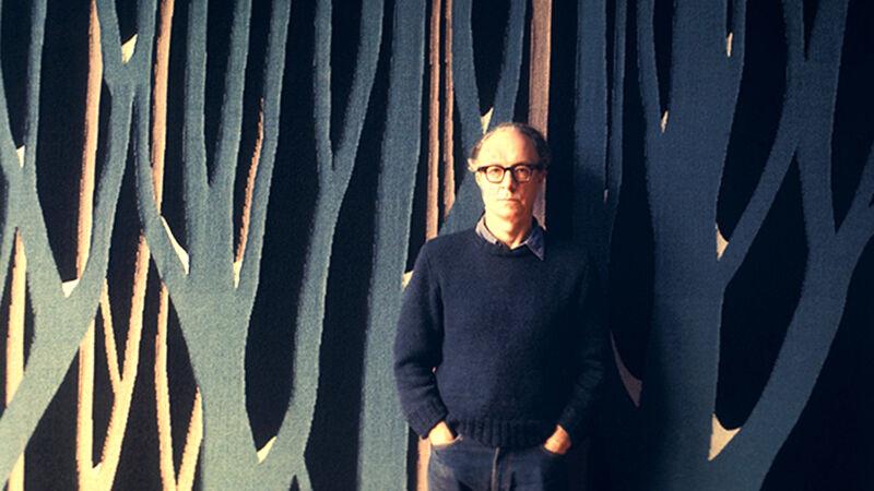 Jan Yoors voor één van zijn wandtapijten.