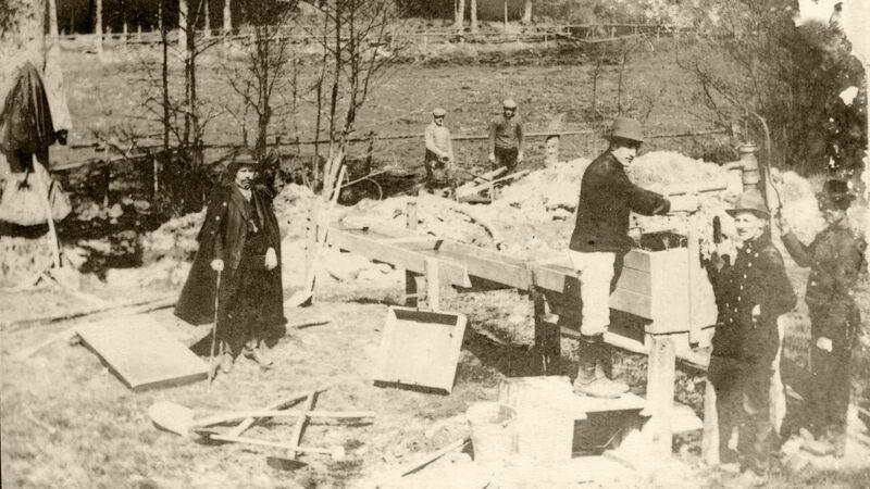 Bovengrondse installatie voor goudwassen aan de goudmijn van Montenau