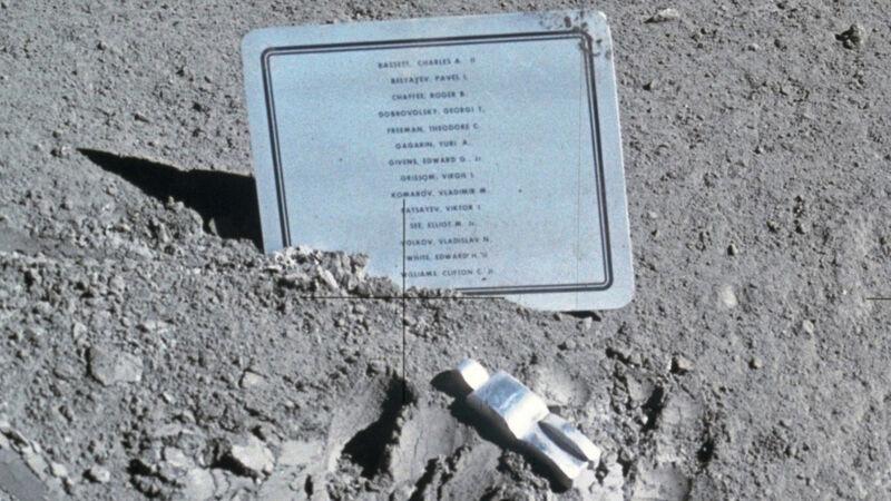 Fallen Astronaut met de gedenkplaat op de maan