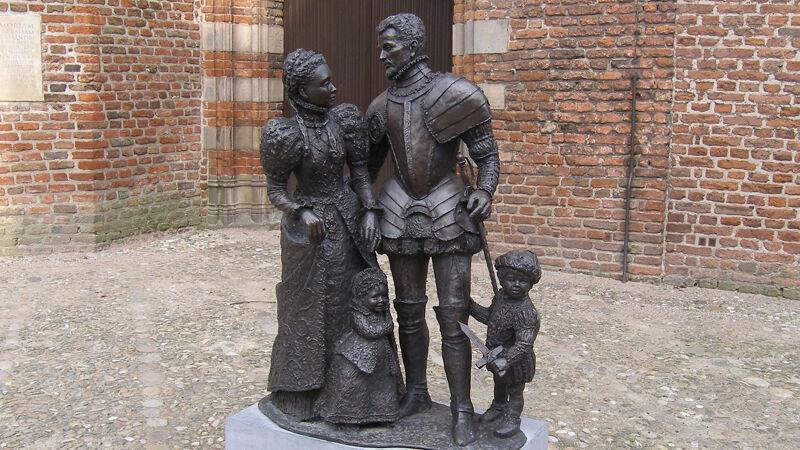 Anna en Willem met hun kinderen Maria en de kleine Filips Willem, beeldengroep in Buren