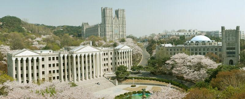 Campus van de Kyung Hee University, Seoel: rechts de bibliotheek, links het centrale universiteitsgebouw en achteraan de Peace Hall
