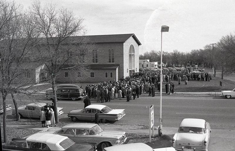 De begrafenis van de familie Clutter lokte bijna 1000 bezoekers.