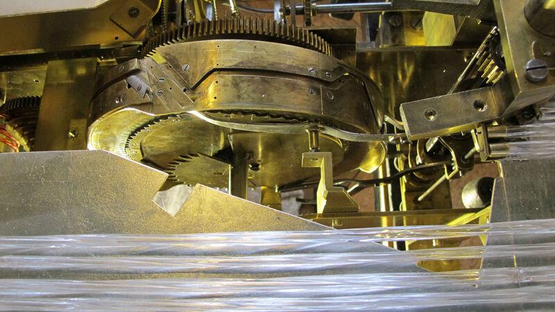 Een blik op het inwendige mechanisme; onderaan de glazen cilinders.