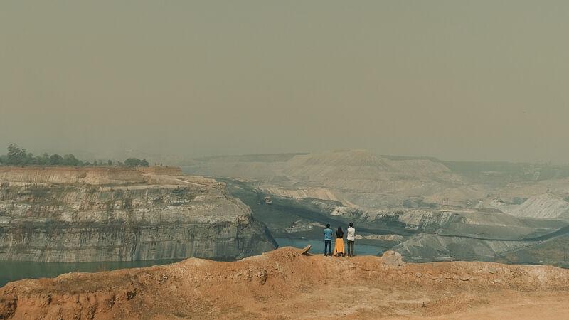 In India ontdekken Jonas en Nathalie de steenkoolmijn in Gevra.