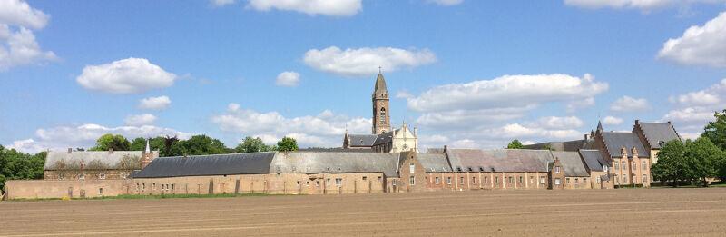 De abdijgebouwen, gezien vanuit het zuiden