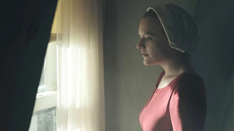 Handmaid Offred in een scène à la Vermeer